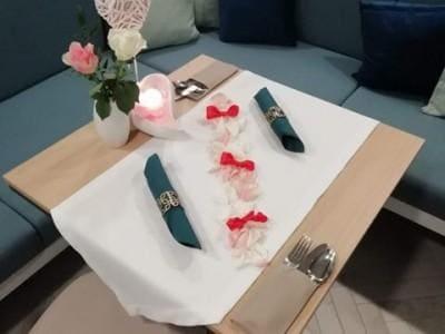 stolik przygotowany naromantyczną kolację